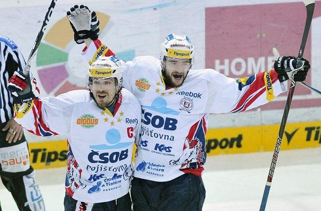 Hokejisté Pardubic Jan Starý (vlevo) a Petr Koukal se radují z branky do liberecké sítě.