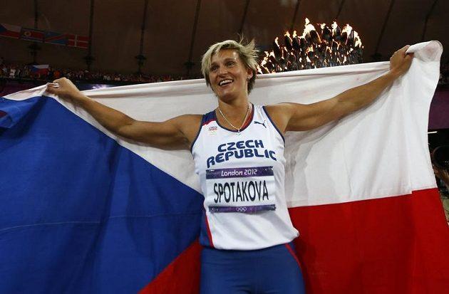 Triumf oslavila Barbora Špotáková s českou vlajkou