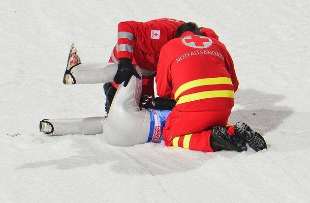 Těžký pád rakouského skokana na lyžích Manuela Fettnera v kvalifikaci na závod v Bischofshofenu.