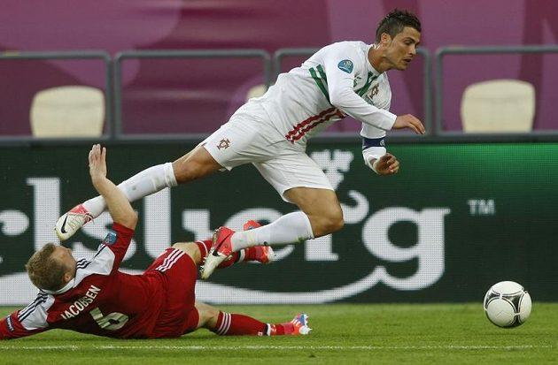 Portugalská hvězda Cristiano Ronaldo padá po skluzu Larse Jacobsena
