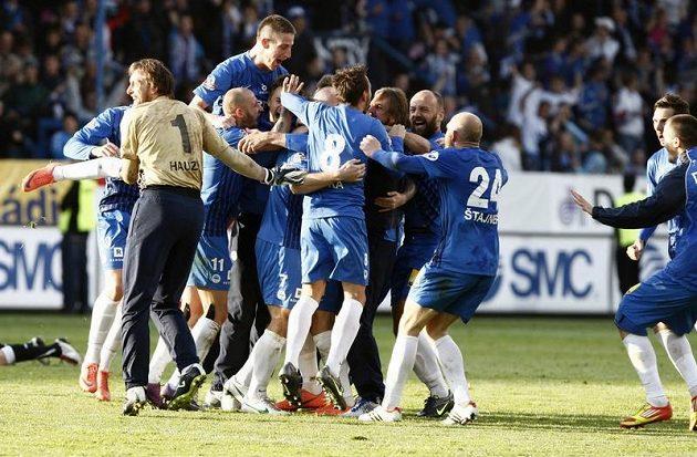 Liberečtí fotbalisté se radují, právě vyhráli mistrovský titul.