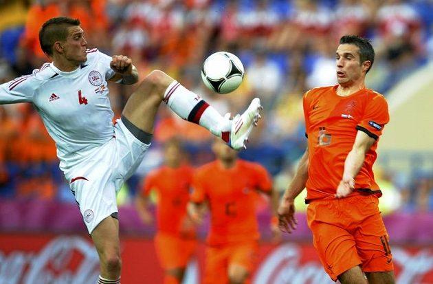Nizozemský ostrostřelec Robin van Persie (vpravo) v souboji o míč s Dánem Danielem Aggerem