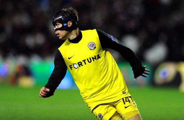 Václav Kadlec ze Sparty Praha se speciální ochranou maskou během utkání v Bilbau.