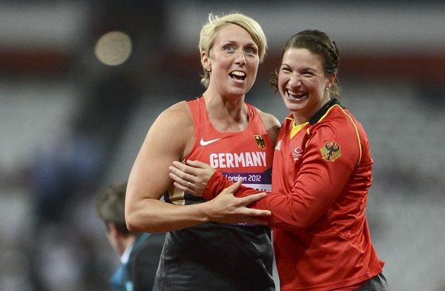 Německé oštěpařky Christina Obergföllová (vlevo) s Lindou Stahlovou se těší ze stříbrné respektive bronzové medaile z olympijského finále