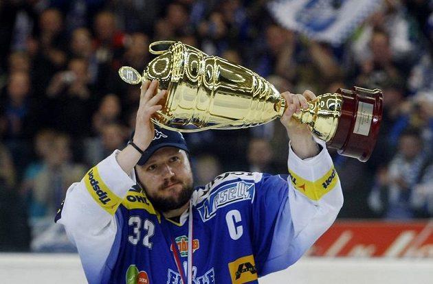 Smutný poražený. Kapitán brněnské Komety Radim Bičánek s trofejí pro poraženého finalistu.