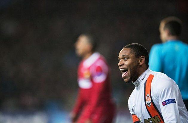 Luiz Adriano stihl svůj kontroverzní gól pořádně oslavit.