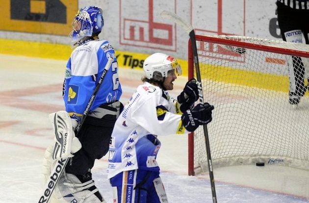 Plzeňský brankář Marek Mazanec dostává gól v pátém semifinále s Kometou Brno.