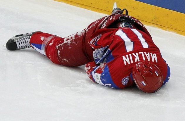 Po tvrdém nárazu na hrazení Jevgenij Malkin zůstal ležet na ledě