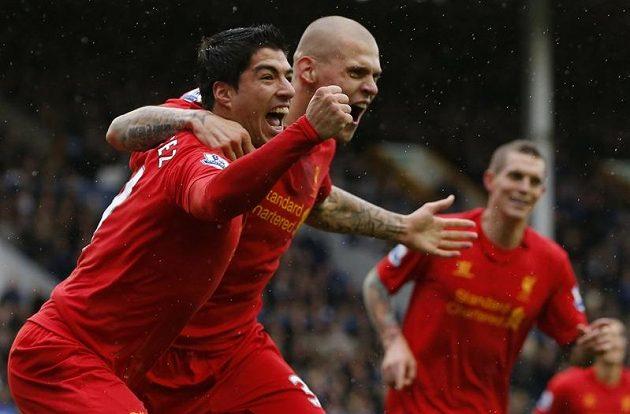 Uruguayec Luis Suárez slaví gól Liverpoolu v městském derby s Evertonem. Společně s ním oslavuje i Slovák Martin Škrtel.