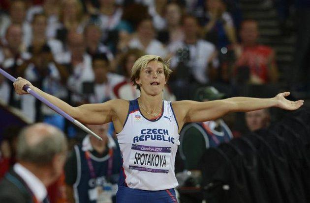Barbora Špotáková si roztleskává publikum v olympijském finále oštěpařek