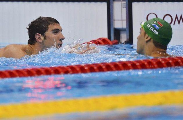 Zklamaný Michael Phelps gratuluje vítězi finálového závodu na 200 metrů motýlek Chadu le Closovi z Jihoafrické republiky.