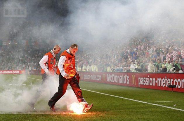 Chorvatští fanoušci oslavovali gól svého týmu proti Irsku pyrotechnikou