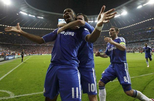 Spasitel Chelsea Didier Drogba (vpředu) slaví svůj vyrovnávcí gól s Juanem Matou a Frankem Lampardem