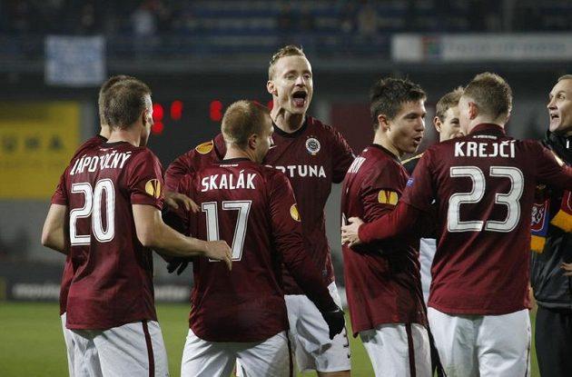 Fotbalisté Sparty se radují z postupu do jarních bojů Evropské ligy.