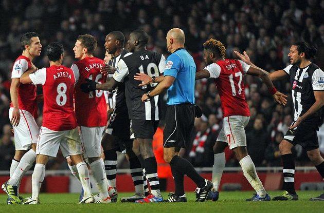 Hon na Robina Van Persieho z Arsenalu(vlevo), který provokoval gólmana Strak Tima Krula.