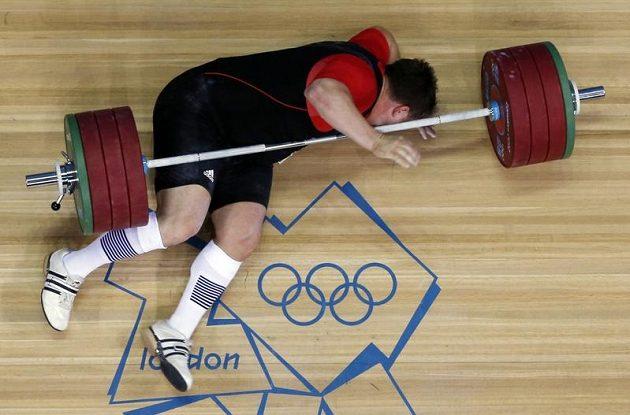 Moment, při němž diváci v narvané ExCel aréně přestali dýchat. Německého vzpěrače Matthiase Steinera přišpendlila činka o váze 196 kg po nepovedeném trhu k zemi!