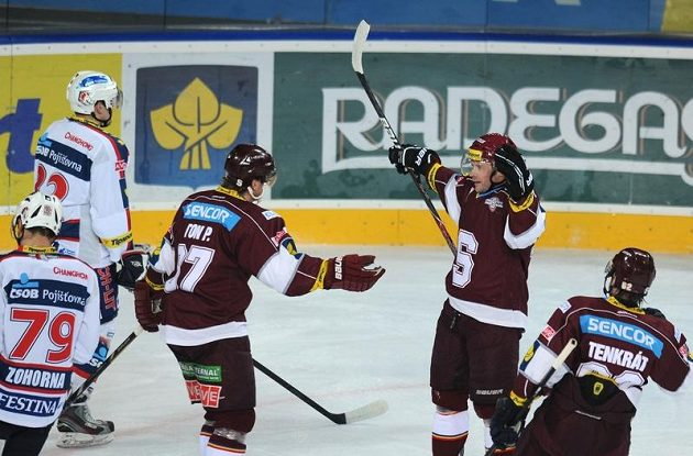Jaroslav Hlinka (druhý zprava) se raduje se svými spoluhráči Petrem Tonem (třetí zprava) a Petrem Tenkrátem (vpravo) z branky proti Pardubicím.