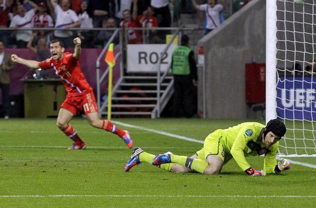 Ruským fotbalistům úvod utkání s českým týmem vyšel. Alexandr Keržakov jásá, na zemi překonaný gólman Petr Čech