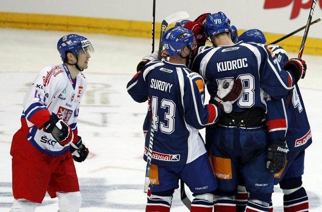 Slováci se radují z branky do české sítě.