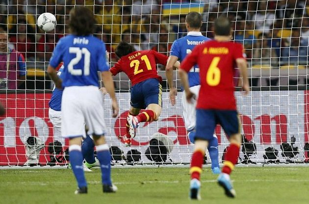 Španěl David Silva (uprostřed) otevírá skóre finálového duelu ME proti Itálii.
