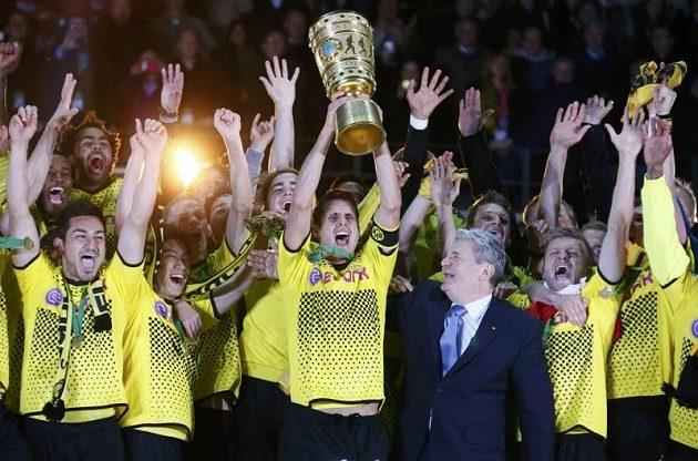 Fotbalisté Borussie Dortmund se radují ze zisku Německého poháru.