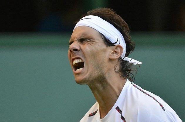 Rafael Nadal reaguje na jeden z míčků v utkání proti Lukáši Rosolovi.