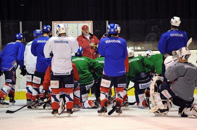Nový trenér hokejových Pardubic Miloš Říha promlouvá k hráčům během tréninku.
