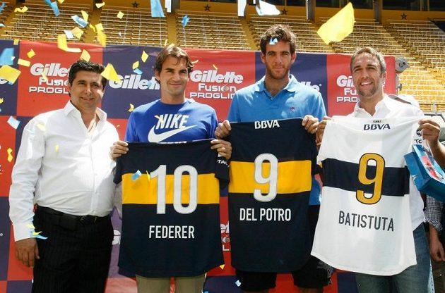 Zprava Gabriel Batistuta, Juan Martín del Potro a Roger Federer dostali od prezidenta Boky Juniors Daniela Angeliciho (vlevo) klubové dresy.