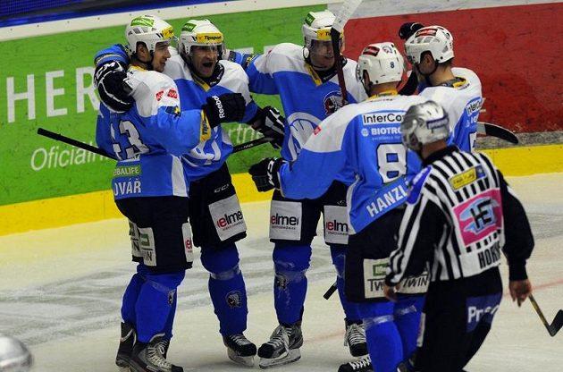 Plzeňský útočník Václav Pletka (druhý zleva) se raduje se spoluhráči ze vstřelení gólu do sítě Třince.