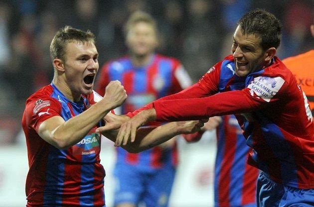 Jakub Hora (vlevo) z Plzně se raduje ze vstřelení gólu proti Olomouci.