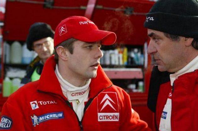 Sébastien Loeb (vlevo) a Carlos Sainz z týmu Citroën v servisní zóně.