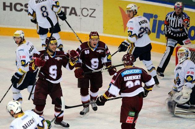 Hokejisté Sparty oslavují branku Zdeňka Bahenského (zády) v síti Kladna.