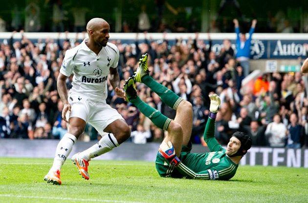 Jermain Defoe z Tottenhamu překonal Petra Čecha v brance Chelsea