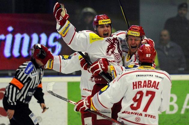 Třinecký útočník Jiří Polanský (třetí zprava) slaví se spoluhráči vítězný gól na ledě Plzně.