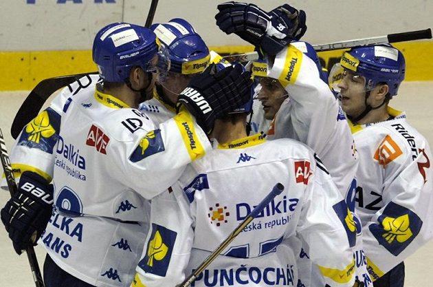 Hokejisté Vítkovic se radují z úvodního gólu do branky Pardubic v úvodním čtvrtfinále play-off.