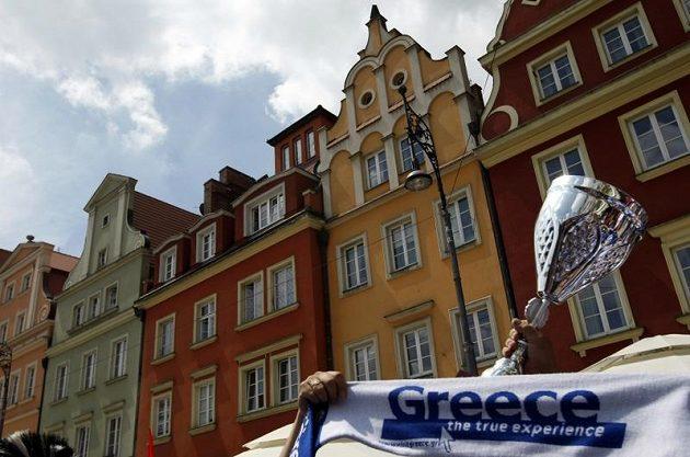Řečtí fanoušci si do Vratislavi dovezli i pohár
