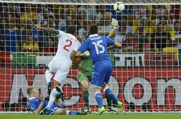 Obrovská šance Glena Johnsona (č. 2) hned v úvodu zápasu. Italský gólman Gianluigi Buffon však jeho střelu zblízka chytil.