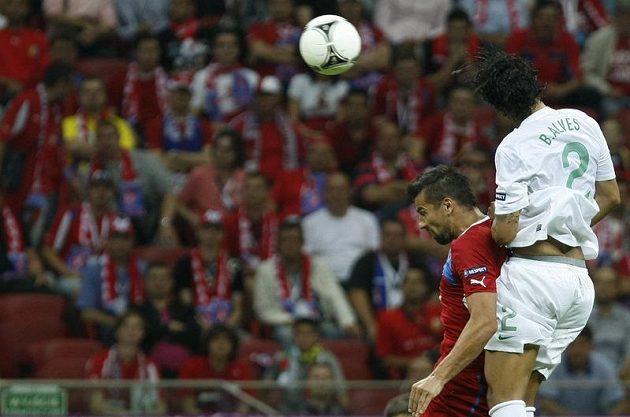 Milan Baroš v souboji s portugalským Bruno Alvesem