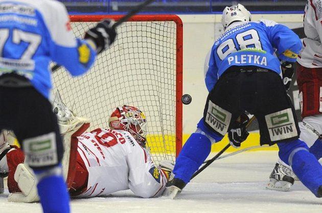 Václav Pletka z Plzně (vpravo) střílí druhý gól v utkání proti Třinci.