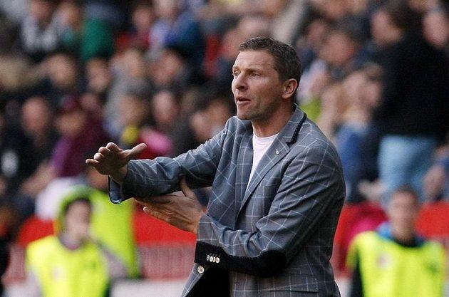 Trenér Sparty Martin Hašek gestikuluje při pražském derby.
