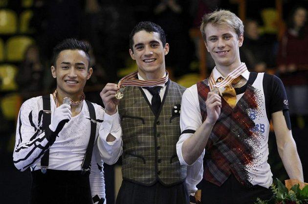 Krasobruslař Michal Březina (vpravo) s bronzovou medailií z ME. Uprostřed zlatý medailista Javier Fernandez ze Španělska a vlevo druhý Florent Amodio z Francie.