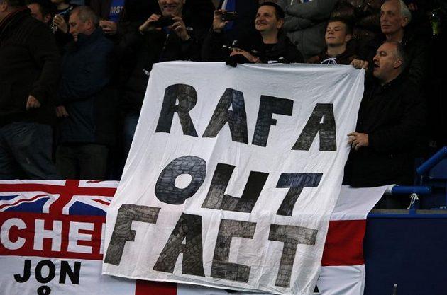 Rafael Benítez se dočkal na Stamford Bridge nevřelého přijetí od fanoušků Chelsea.