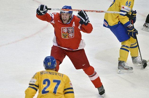 Český útočník Petr Nedvěd se raduje z gólu, kterým vyrovnal na 1:1.