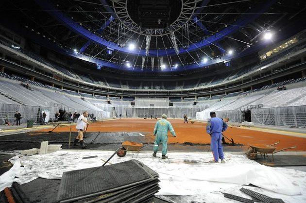 Příprava antukového kurtu pro Davisův pohár v pražské O2 areně