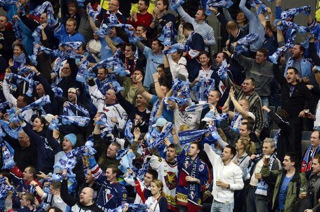 Fanoušci Slovanu Bratislava v pražské O2 areně.