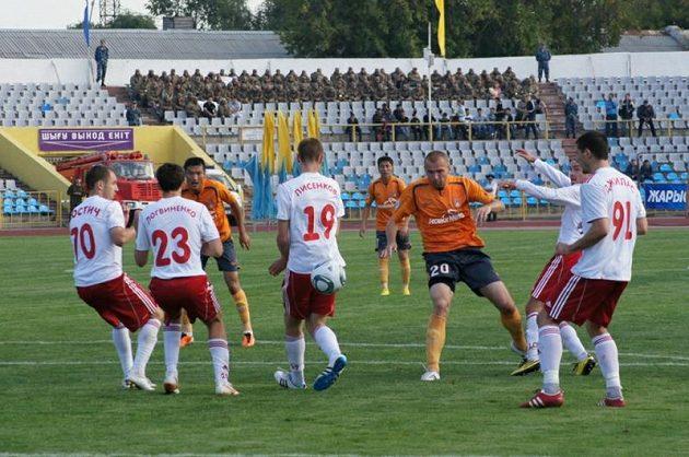 Snímek z utkání Šachťoru Karaganda (v oranžovém) v kazašské lize.