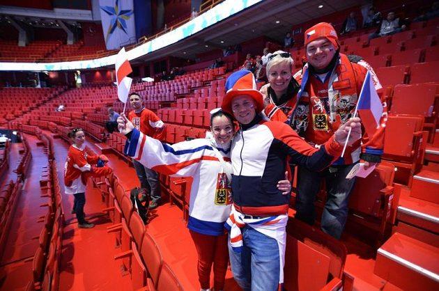 Čeští fanoušci před zahájením zápasu v hale Globen proti Norsku. Vstupenky stojí kolem 1300 švédských korun (asi 3700 Kč).