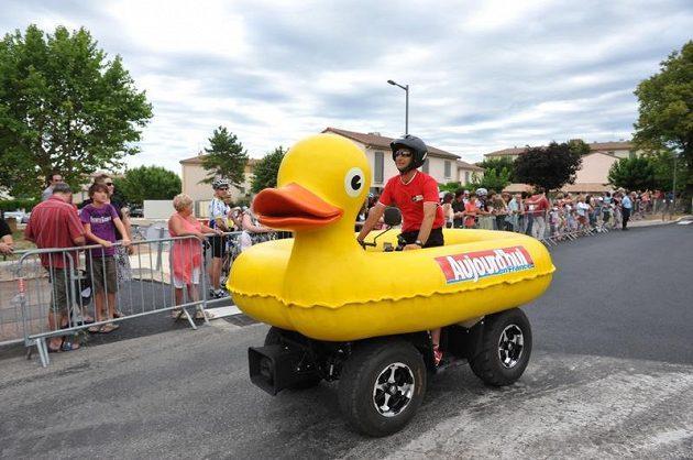 Jedno z alegorických vozítek v reklamní koloně Tour de France.