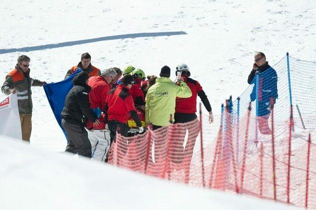 Pomocníci odnášejí v doprovodu lékařů kanadského skikrosaře Nicka Zoricice.