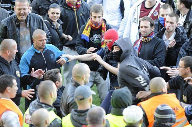 Sparťanští fanoušci po zápase s Českými Budějovicemi na ploše letenského stadiónu, kde se dostali i do potyčky s pořadateli.